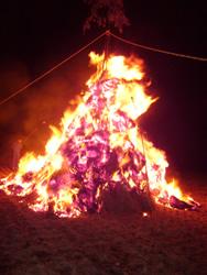 燃え上がる炎の風に当たると、今年も無病息災です