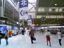 久しぶりの成田空港ロビー